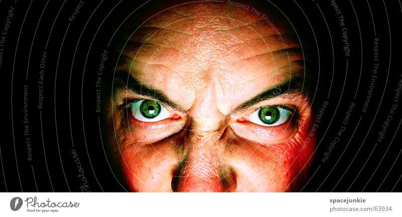killing glance (3) Mann böse Wut Porträt Freak Angst beängstigend dunkel schwarz verrückt grün Gesicht Blick Mensch Gewalt Auge Detailaufnahme