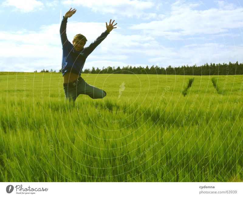 Spring Dich frei! #10 Mensch Himmel Mann Natur Jugendliche Sonne Sommer Freude Landschaft Spielen Gefühle Freiheit Gras springen Kraft Feld