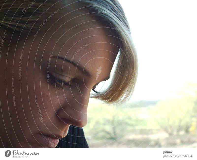 thinking of ... 2 blond Frau lesen Denken Haare & Frisuren nachdenken Zugabteil