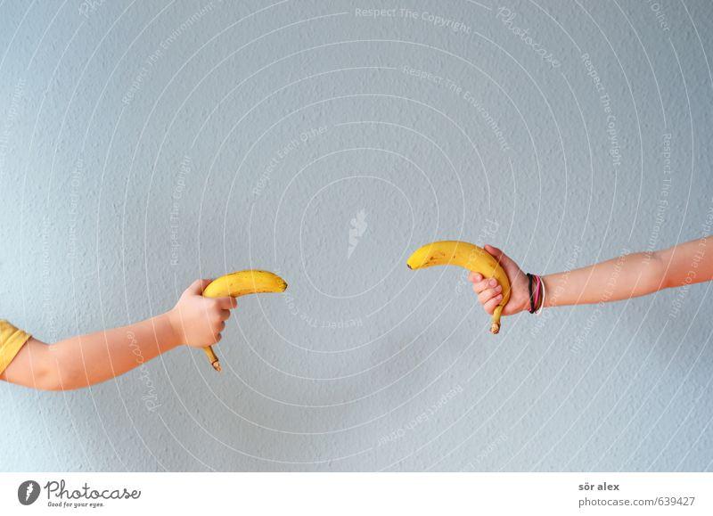 big-bang Frucht Banane Ernährung Kindererziehung Kleinkind Geschwister Bruder Schwester Kindheit Arme Hand Kinderhand kämpfen Spielen blau gelb Freude