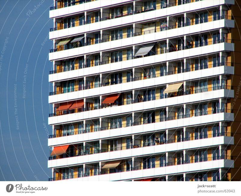 Balkonien, Platz an der Sonne Wolkenloser Himmel Sommer Marzahn Architektur Stadthaus Fassade Fenster Markise Beton Streifen authentisch eckig hoch modern oben