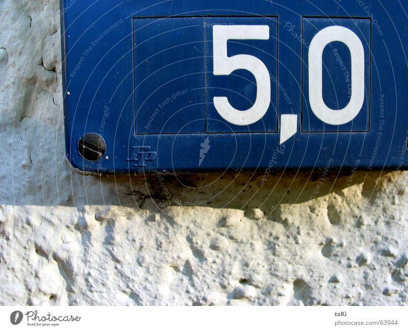 cinquevirgolazero 5 Komma leer Wand Schraube Information Ziffern & Zahlen Hinweisschild five comma blue blau muro parete Schatten shadow ombra Wasser water