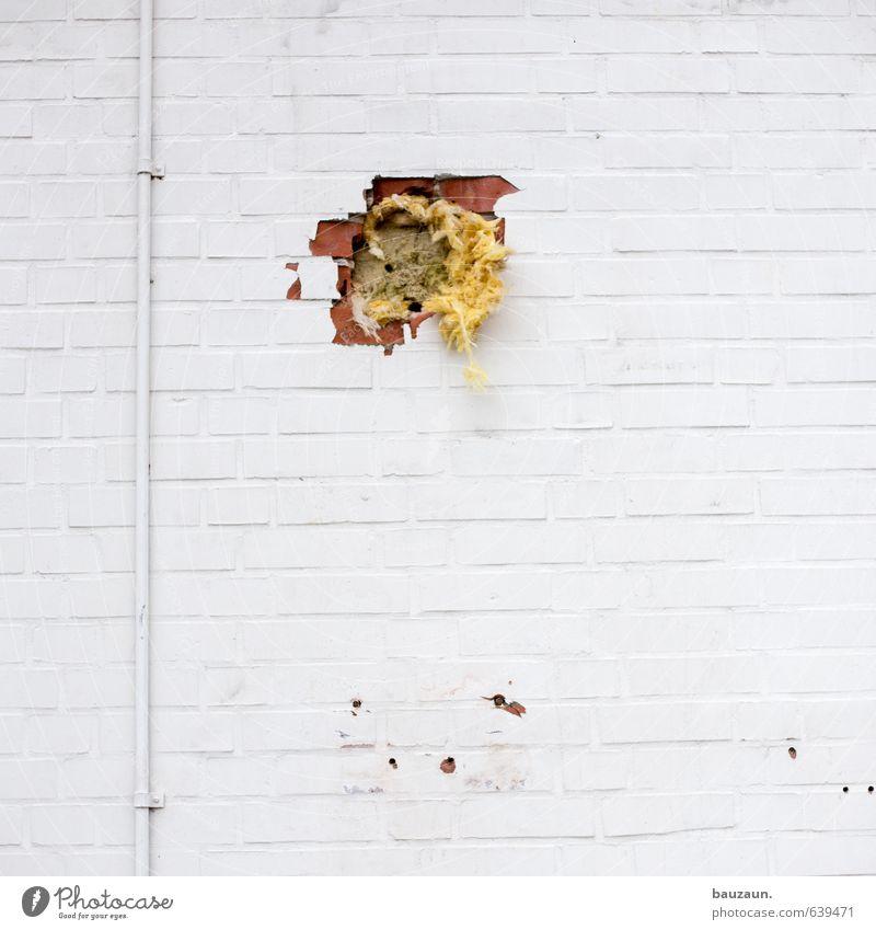 löcher stopfen. Hausbau Renovieren Handwerker Baustelle Industrieanlage Fabrik Ruine Bauwerk Gebäude Mauer Wand Fassade Isolierung (Material) Rohrleitung