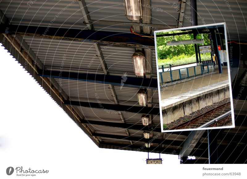 Spieglein, Spieglein... Spiegel Reflexion & Spiegelung S-Bahn Dach Bahnsteig Wellblech Gleise Bahnhof wuhletal Berlin Licht mirror roof railroad station