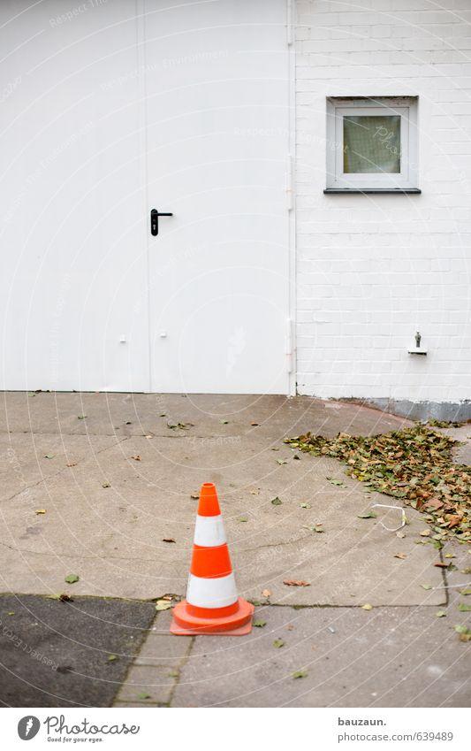 hütchen. weiß Blatt Fenster Wand Straße Herbst Wege & Pfade Mauer Stein Fassade orange Tür Beton einfach Streifen Schutz
