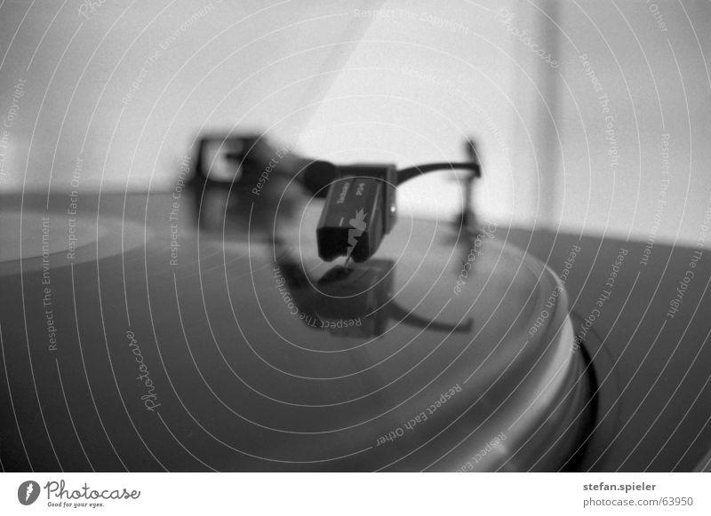 vinyl Schallplatte schwarz weiß Spuren Plattenspieler Drehung Kreis drehen Hörspiel Lied Musik tiefenunschärfe Tonabnehmer Plattenteller