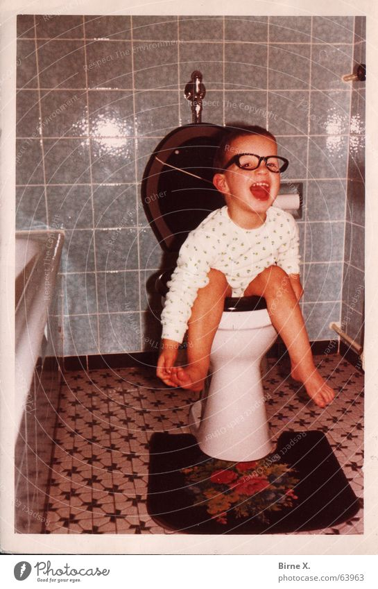 Little Tom Kind Junge lachen lustig Bad Brille Toilette