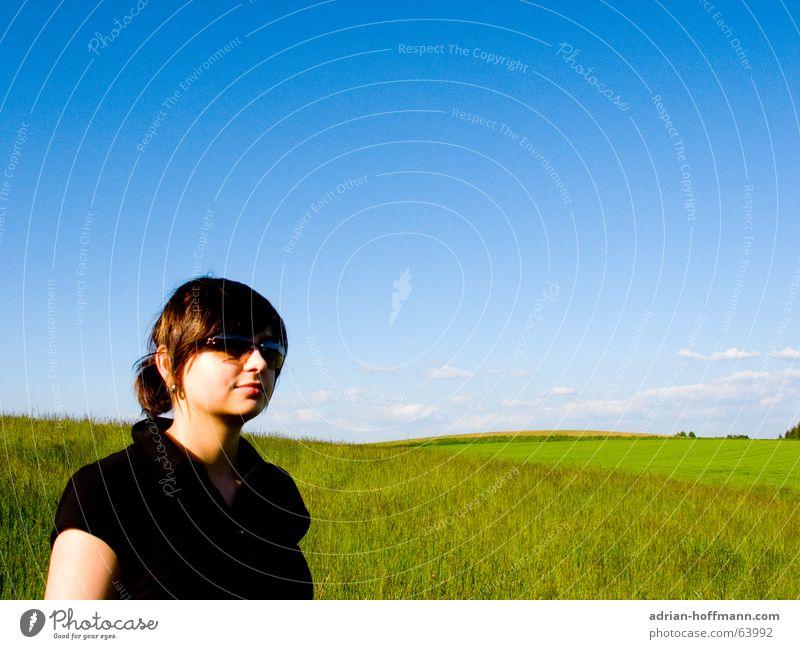 Wiesen-Mädel Frau schön Sommer Frühling Feld grün Gras Horizont Wolken T-Shirt schwarz Sonnenbrille Freizeit & Hobby Erholung Spaziergang wandern Natur Himmel