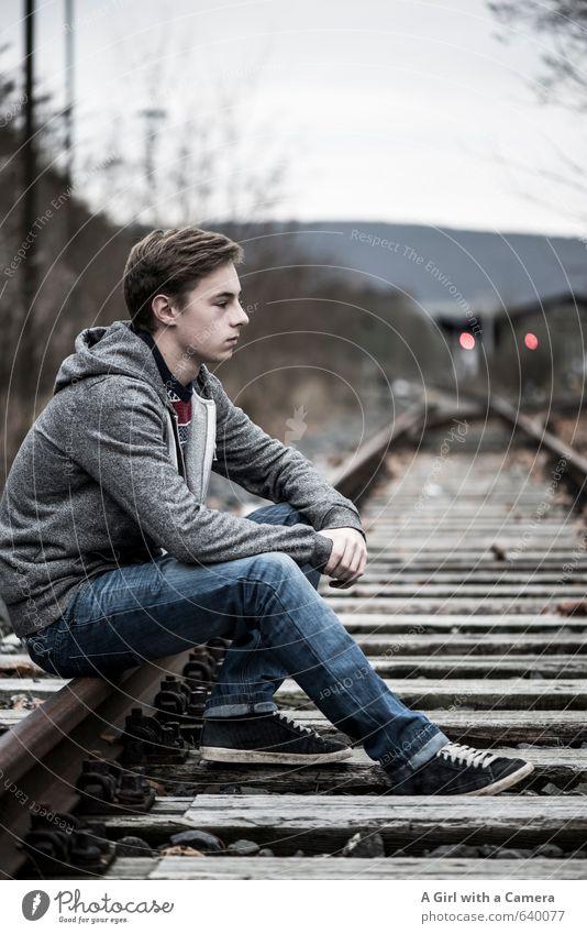 die Ruhe weg Mensch Kind Jugendliche schön Junger Mann Denken maskulin Körper sitzen 13-18 Jahre warten Eisenbahn Coolness einzigartig Jeanshose