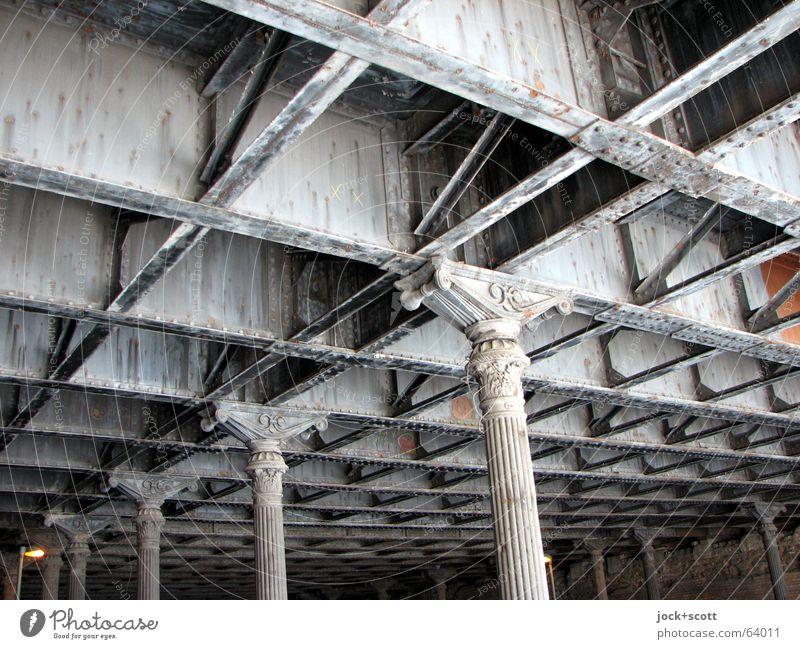 Eingerostet Stadt alt Architektur Senior Wege & Pfade hell Metall leuchten authentisch Perspektive Vergänglichkeit historisch Rost Teilung Verbindung Konstruktion