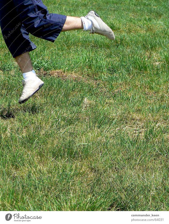 Jump!!! Schuhe weiß springen klein hüpfen Gras Wiese Flüssigkeit dumm Außenaufnahme behaartes bein Haut Freiheit