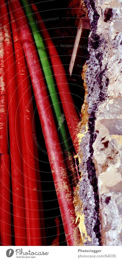 xroteundeingrünes grün rot schwarz grau Beton Baustelle Röhren Kopfsteinpflaster Leitung Teer Graben