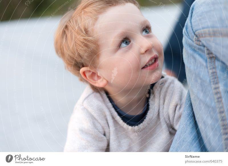 258 [selbstvergessen] Kind Junge Familie & Verwandtschaft Kindheit Leben 1 Mensch 3-8 Jahre Pullover rothaarig beobachten berühren entdecken Kommunizieren