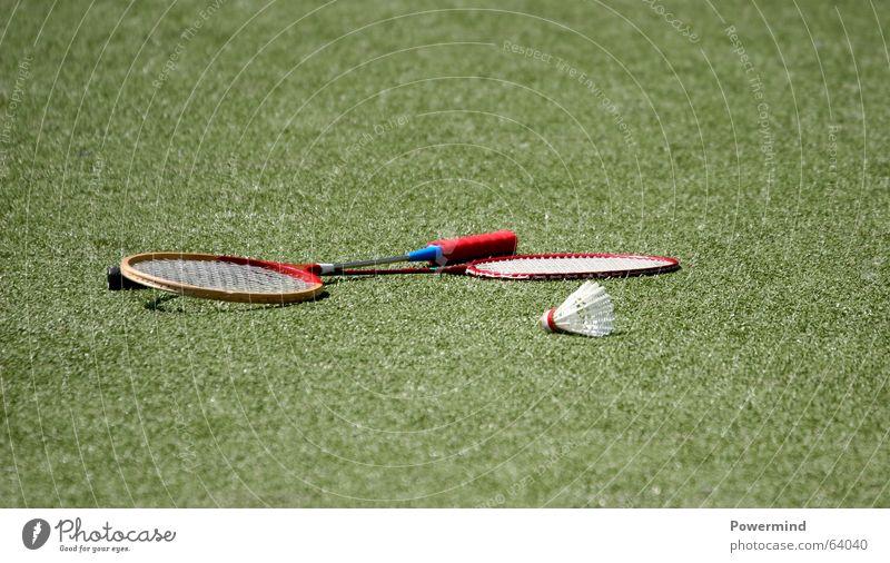 HaveABreak Badminton Platz Pause Freizeit & Hobby Sport Sportrasen Rasen Objektfotografie liegen 2 paarweise Textfreiraum oben Textfreiraum unten Außenaufnahme
