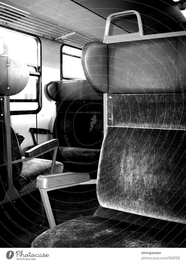 Es fährt ein Zug nach Nirgendwo... Sommer Ferien & Urlaub & Reisen ruhig Einsamkeit Erholung Fenster Wärme Eisenbahn leer offen genießen Sitzgelegenheit old-school Schwarzweißfoto Bielefeld Zugabteil