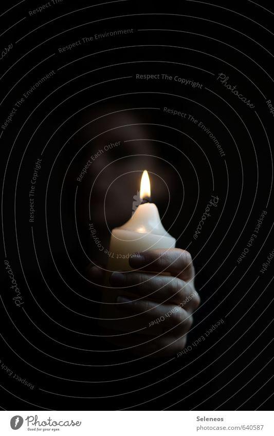 zündet Kerzen an Raum Hand Finger 1 Mensch Kerzenschein Kerzenflamme glänzend dunkel Traurigkeit Sorge Trauer Tod Schmerz Einsamkeit Farbfoto Innenaufnahme
