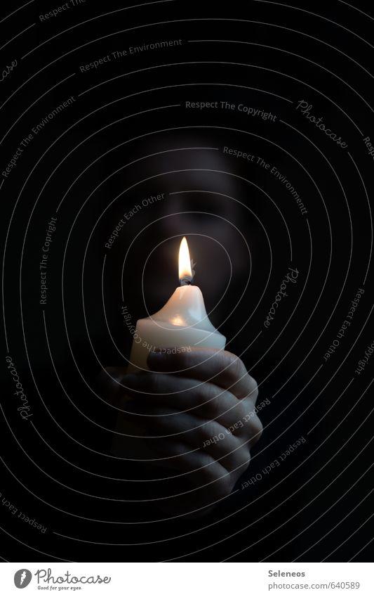 Zwielicht Trauerfeier Beerdigung Mensch Gesicht Hand Finger 1 Kerze Kerzenschein Kerzenflamme Traurigkeit dunkel gruselig Sehnsucht Dämmerung Farbfoto