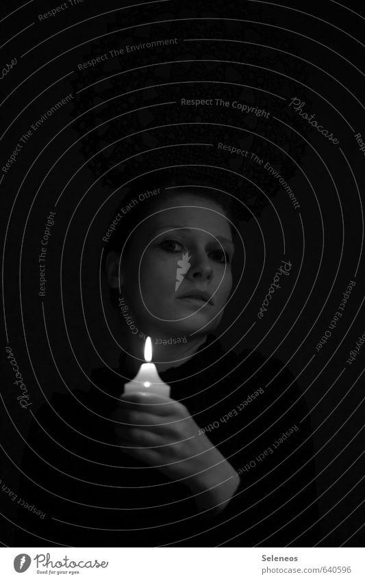 . Mensch feminin Frau Erwachsene Gesicht Hand Finger 1 Kerze Kerzenschein Kerzenstimmung Kerzenflamme dunkel Traurigkeit Sorge Trauer Schmerz Enttäuschung