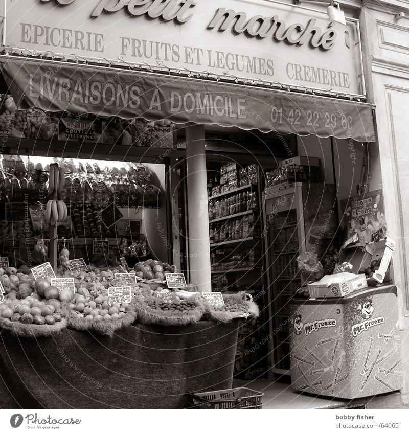 paris religion 2 Paris Frankreich Lebensmittel Ernährung Ladengeschäft Gemüse Schwarzweißfoto Markt
