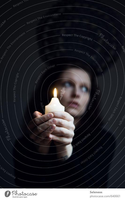 Kerzenhalter Sinnesorgane ruhig Meditation Mensch feminin Frau Erwachsene Gesicht Hand Finger 1 leuchten träumen Traurigkeit dunkel nah Wärme Sorge Kerzenschein