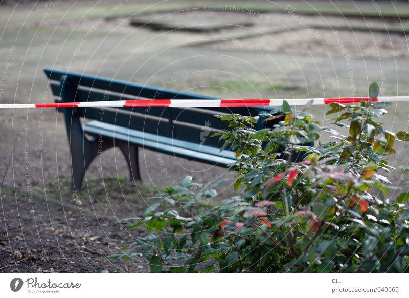 sitzen verboten Umwelt Natur Sträucher warten trist Sehnsucht Enttäuschung Einsamkeit Frustration Sicherheit stagnierend Verbote Bank Park Spielplatz gesperrt