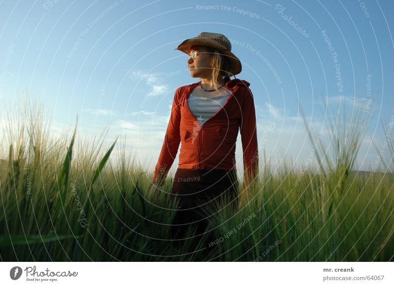 Cowgirl Außenaufnahme Textfreiraum links Textfreiraum rechts Tag Abend Wegsehen Getreide Mensch Frau Erwachsene Natur Feld Bekleidung Hut blond Lebensfreude