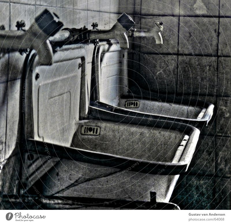 Waschgelegenheit Wasser alt dreckig Wassertropfen Sauberkeit Fliesen u. Kacheln schäbig Abfluss HDR Wasserhahn Becken Waschbecken Öffnung Wasserrohr