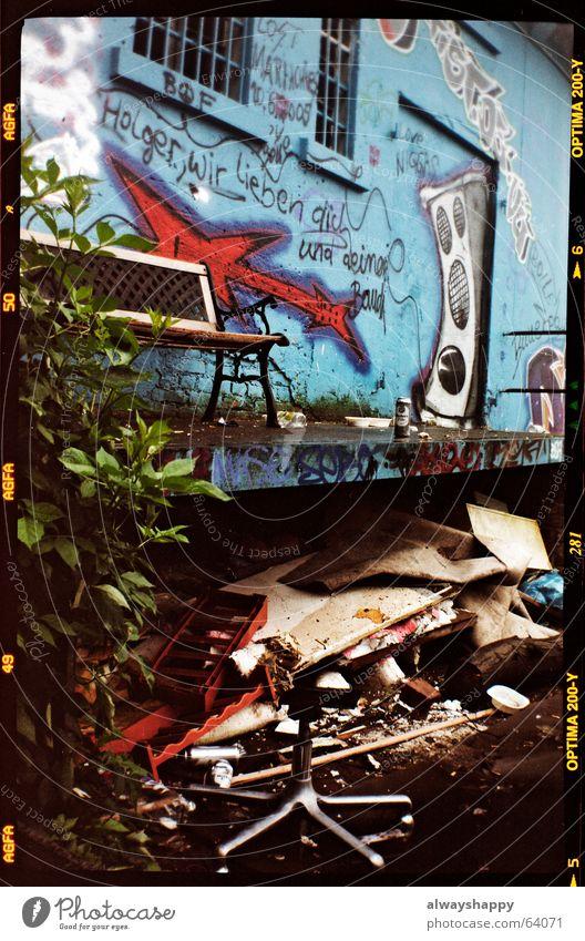 holger wir lieben dich chaotisch Müll Mittelformat unordentlich kaputt wegwerfen entsorgen Trödel Schrott Recycling Umweltschutz grafitti Bank Bürostuhl
