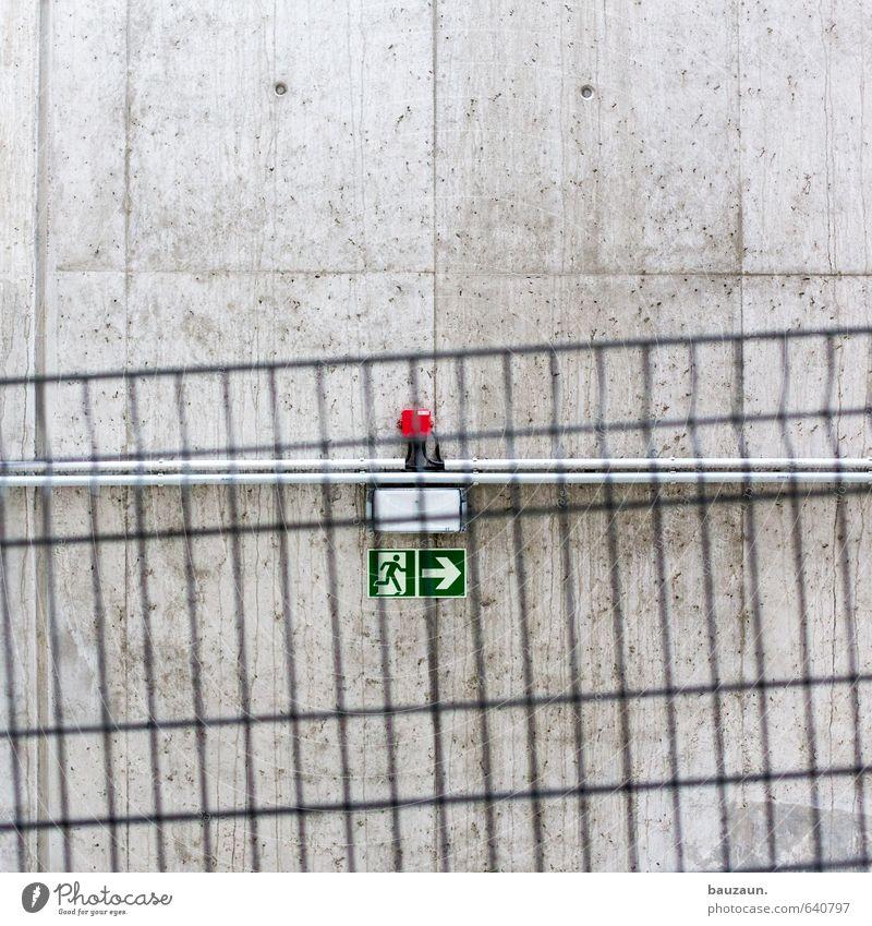 250 | bauzaun im weg. Stadt Wand Straße Wege & Pfade Gebäude Mauer grau Linie Metall Fassade Schilder & Markierungen laufen gefährlich Beton Hinweisschild Brücke