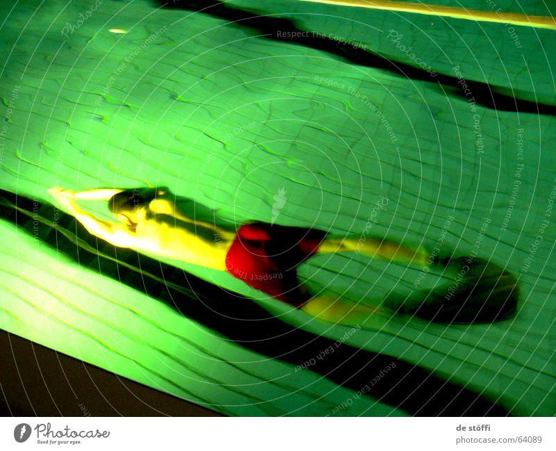 de.diver Taucher tauchen Schwimmbad Chlor rot Gesundheit Licht Linie Badehose ruhig Wasser Sport Sportler Aktion Kontrast gestreckt Schwimmhilfe