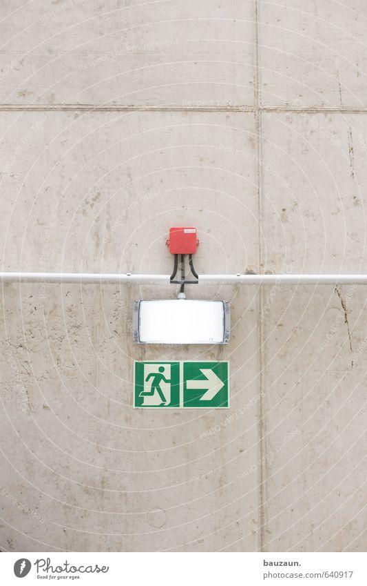 bauzaun ist weg. Stadt grün Wand Wege & Pfade Gebäude Mauer grau Linie Fassade Schilder & Markierungen Perspektive gefährlich Beton Hinweisschild bedrohlich