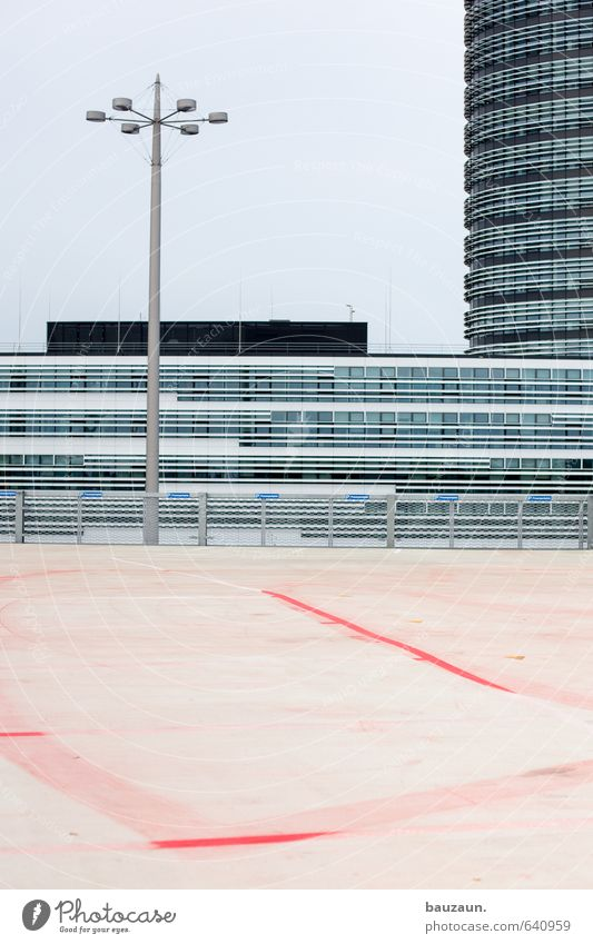 parkplatz. Himmel Stadt rot Wand Straße Wege & Pfade Gebäude Architektur Mauer Beleuchtung grau Lampe Linie Metall Wetter Fassade