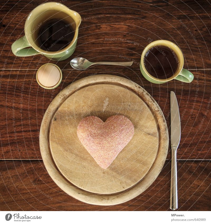 valentinsfrühstück Gesunde Ernährung Gefühle Lebensmittel Herz Getränk Romantik trinken Kaffee lecker Tee Frühstück Tasse Holzbrett Ei Backwaren Brötchen