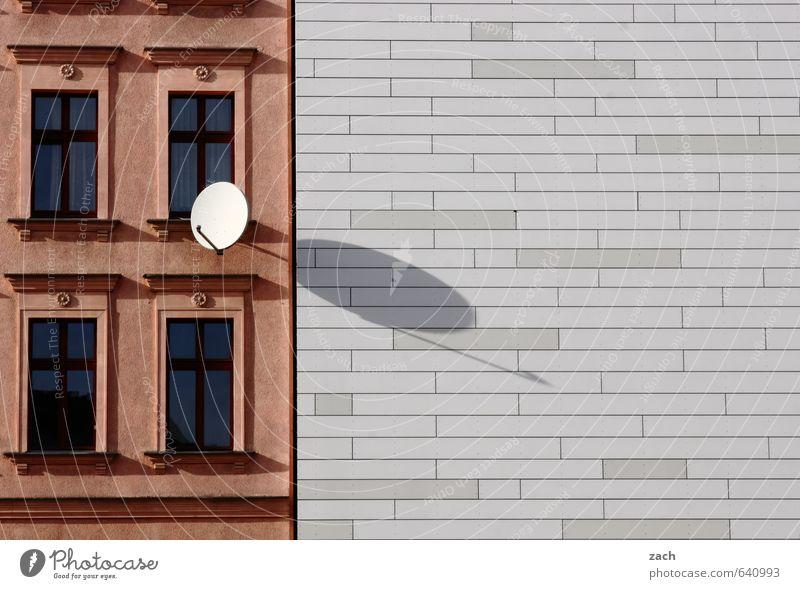 Halbe Sachen | alt und neu Wohnung Haus Stadtzentrum Gebäude Architektur Mauer Wand Fassade Fenster Satellitenantenne Linie Häusliches Leben braun grau weiß