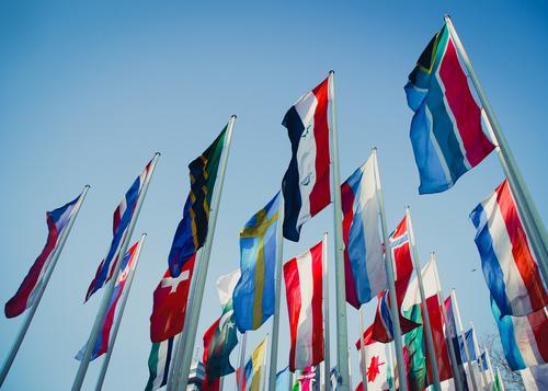 international Salon Ferne Freiheit Zusammensein Zufriedenheit leuchten authentisch Perspektive Klima Macht viele Fahne Veranstaltung Wolkenloser Himmel
