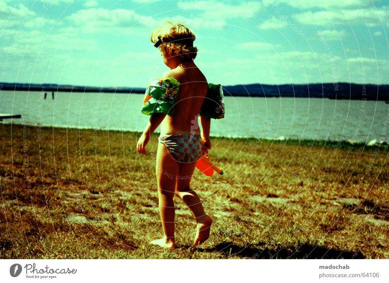 KLEINER BUNTER JUNGE | urlaub kind person strand see familie Kind Wasser Himmel Sonne Sommer Freude Strand Wolken Farbe Junge nackt Spielen Gras Freiheit See