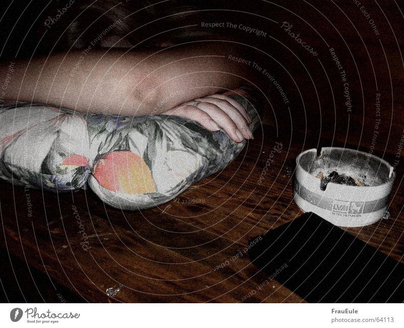 tröster der trostlos macht Farbfoto Innenaufnahme Blitzlichtaufnahme Alkohol Bier Rauschmittel Tisch Feste & Feiern Jugendliche Holz liegen schlafen kaputt
