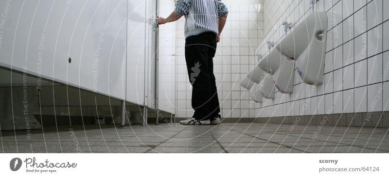 Harndrang. weiß Bodenbelag Fliesen u. Kacheln Toilette urinieren Urin Erleichterung Pissoir Ausscheidungen Trennwand Pinkler