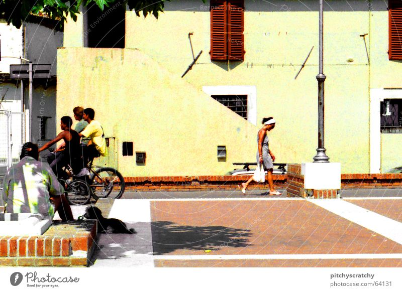 Straßenszene Sommer Süden Italien Stadt Gelassenheit Mittagspause Fahrrad Hund Frau Mann Siesta Menschengruppe Freude Jugendliche Mischung Pflastersteine