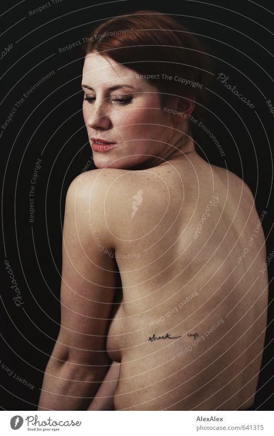 shut up! Junge Frau Jugendliche Rücken Gesicht Haare & Frisuren Brust Sommersprossen 18-30 Jahre Erwachsene rothaarig langhaarig Blick sitzen ästhetisch