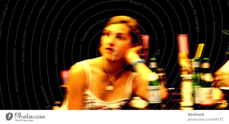 Geheimnis des Dekoltees Frau Mensch Hand schön Gesicht feminin Haare & Frisuren Stimmung Wärme Erwachsene blond Arme Haut warten Hintergrundbild Tisch
