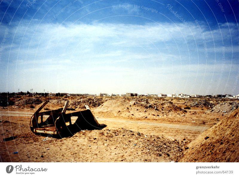 Auto im Wüstensand Farbfoto Außenaufnahme Menschenleer Sand PKW Rost Armut Schrott Nouakchott Afrika Mauretanien Sahara Müllhalde Müllentsorgung