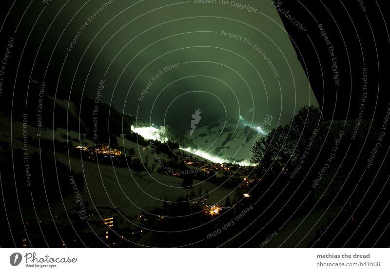 BEI NACHT Sport Skipiste Himmel Winter Alpen Berge u. Gebirge Dorf Haus Hütte Bauwerk Gebäude leuchten ästhetisch außergewöhnlich dunkel kalt Skigebiet Farbfoto