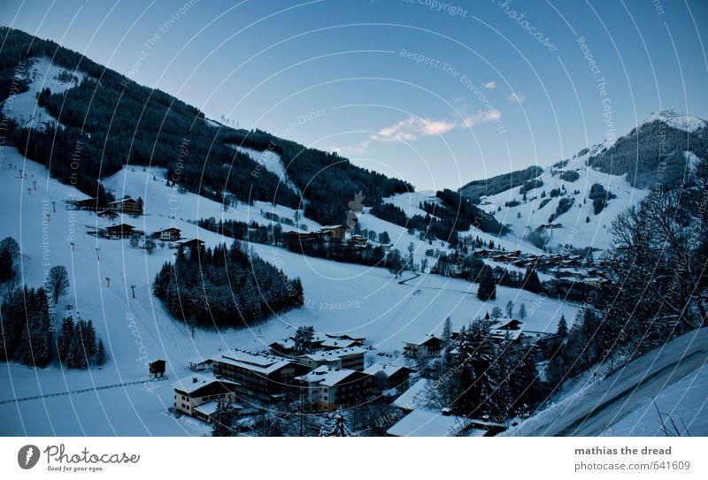 DER BERG V Umwelt Natur Landschaft Himmel Wolken Winter Schönes Wetter Schnee Baum Wald Alpen Berge u. Gebirge Gipfel Dorf außergewöhnlich kalt Skigebiet