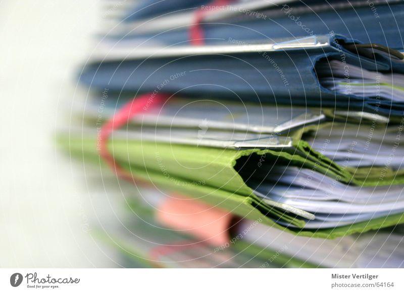 Datenberg grün Schule Business Arbeit & Erwerbstätigkeit lernen Papier Zusammenhalt Stress Sammlung Stillleben Stapel Aktenordner Schreibwaren Ablage