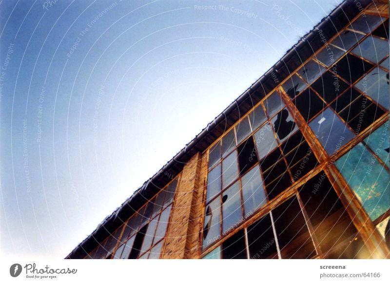 Invincible Haus Backstein Fenster kaputt Reflexion & Spiegelung rot Wolken Industriefotografie Glas Fensterscheibe Zerstörung blau orange Himmel Lomografie