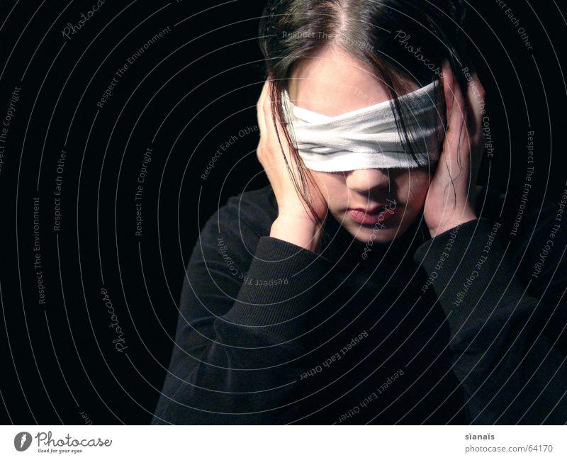 Blind Mensch Frau Himmel weiß Einsamkeit Hand ruhig schwarz dunkel Erwachsene Auge Traurigkeit Gefühle Wege & Pfade Tod Haare & Frisuren