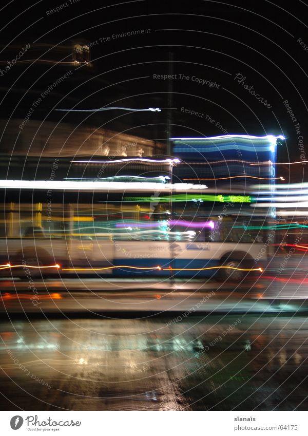 Bus in Luzern Langzeitbelichtung kurz Zeit Licht Pause stoppen Halt Verkehr Nacht dunkel Lampe Beschleunigung Bewegungsunschärfe Pfütze fahren Stadt Luft Brise