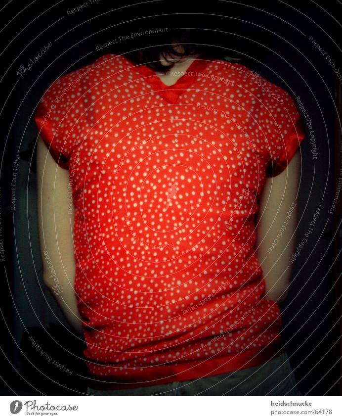 Rückwärts rot rückwärts Wegsehen Rückseite Mädchen ruhig stehen Muster Punkt Halbschatten stagnierend bewegungslos Rücken schatten und licht Mensch