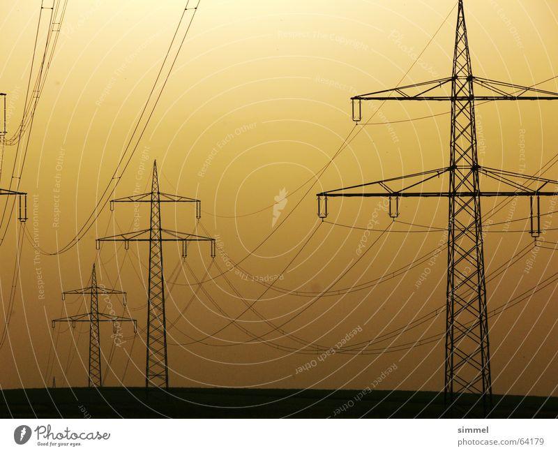 Lange (Strom)Leitung? Strommast Elektrizität gelb Dämmerung Energiewirtschaft Kabel sonnenunterngang Industriefotografie